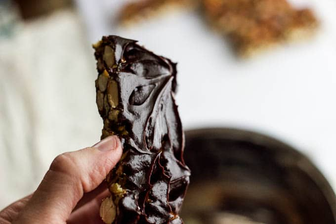 No-Bake Granola Bars with Maple-Sweetened Dark Chocolate {GF+V} | saltedplains.com