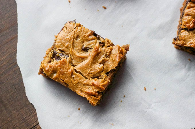 Peanut butter chocolate chunk bars - gluten-free + refined sugar free. A one-bowl dessert!