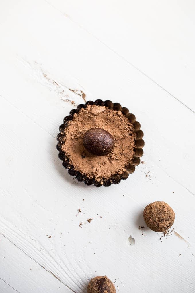 energy bites in cocoa powder