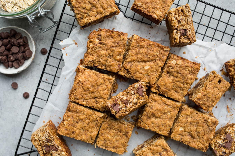 Easy, whole-grain Gluten-Free Oatmeal Chocolate Chip Bars (vegan, refined sugar-free) | saltedplains.com