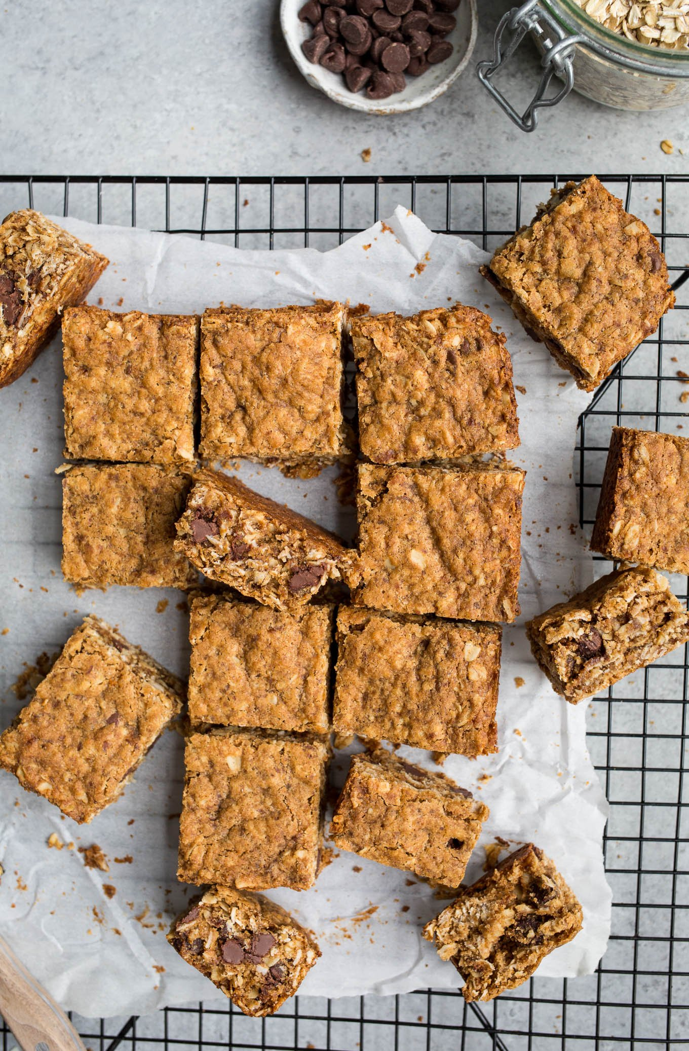 Easy, whole-grain Gluten-Free Oatmeal Chocolate Chip Bars (vegan, refined sugar-free) | saltedplains.com