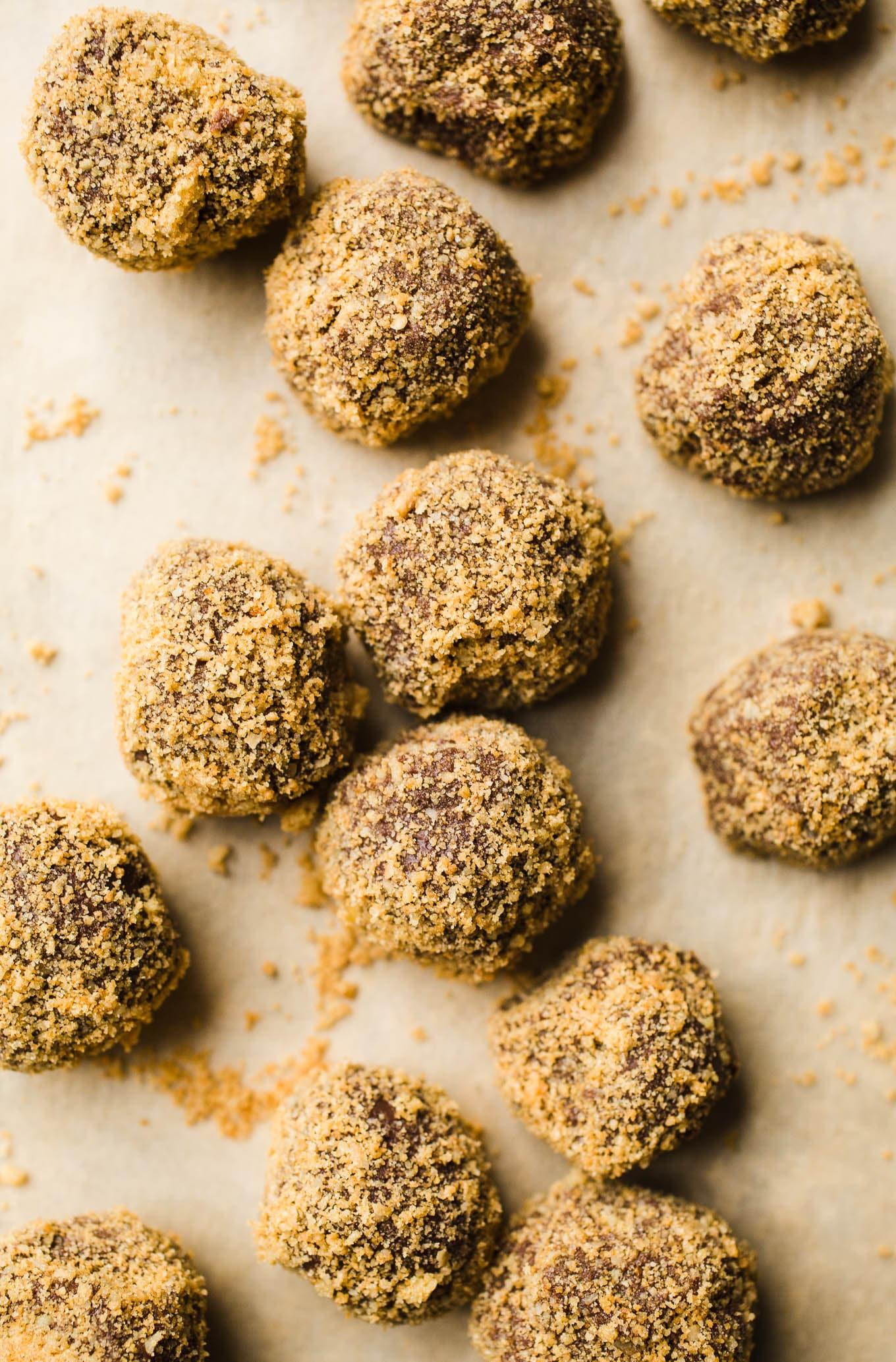 Easy Gingerbread Truffles made with 5 ingredients! A delicious gluten-free and vegan gingerbread dessert recipe. Perfect for the holidays!